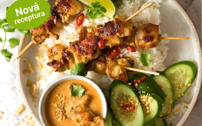 Kuřecí satay s arašídovou omáčkou, asijský okurkovým salátem a rýží
