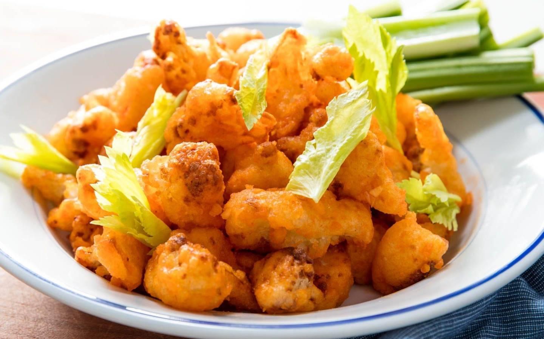 Smažený květák, vařené brambory, tatarská omáčka