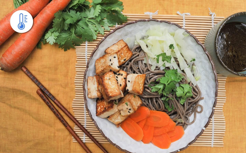 Soba nudle s pečeným tofu, zeleninou a citrusovým vinaigrette