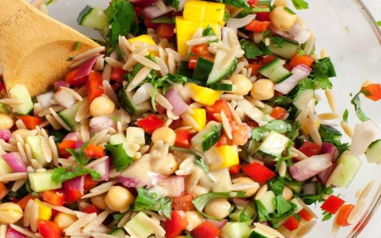 Barevný orzo salát s paprikou, cizrnou a okurkou