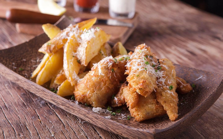 Kuřecí prsa v sýrovém těstíčku s opékanými bramborami a brusinkovým dipem