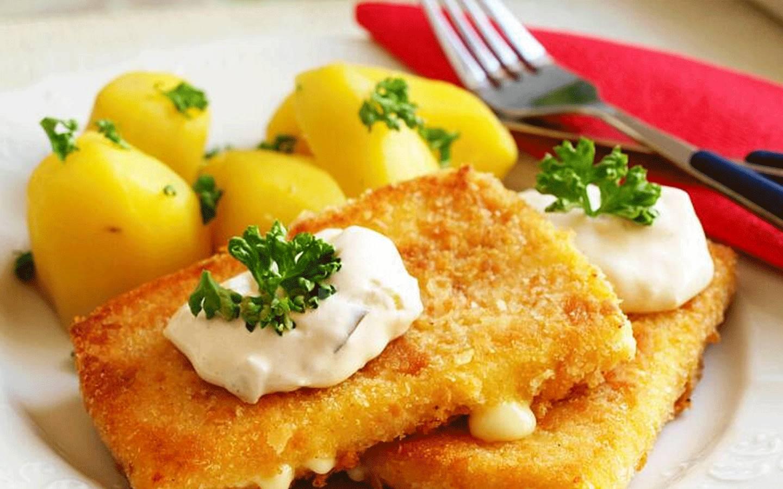 Smažený sýr s vařeným bramborem a bylinkovým máslem