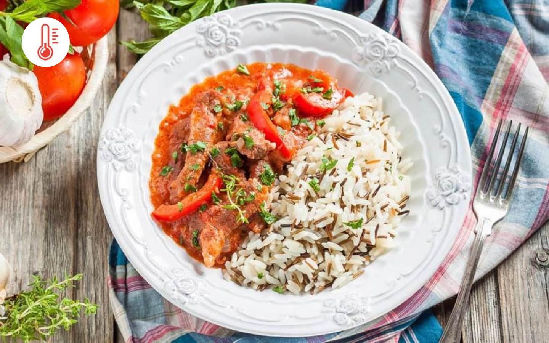 Hovězí stroganoff s basmati rýží a okurkou