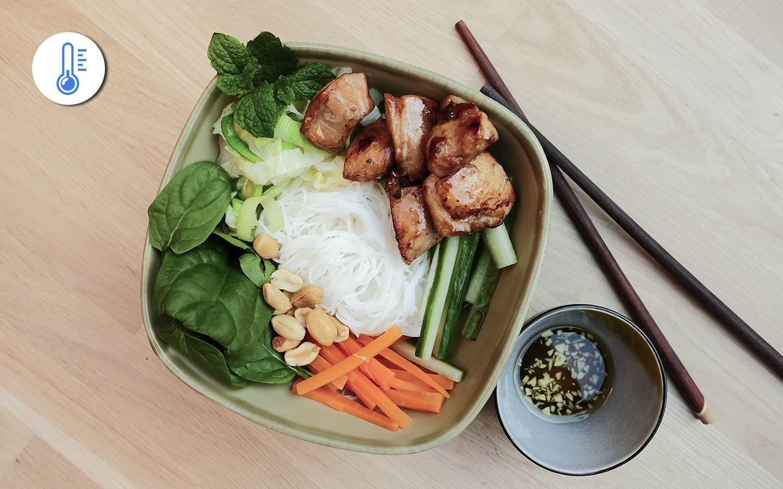 Rýžové vermicelli s kuřecími kousky a zeleninou