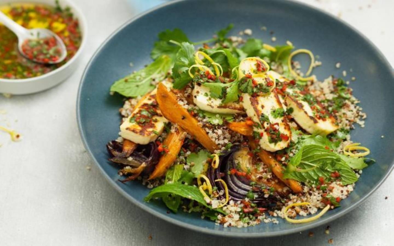 Quinoa salát s Halloumi sýrem s chilli-koriandrovým dresinkem a pečenými batáty