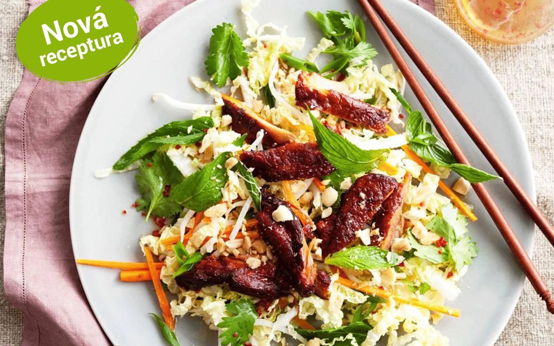 Salát s asijskou kachnou, hoisin omáčka, ledový salát, okurka