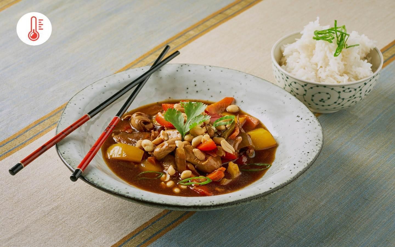 Kung pao s kuřecím masem a jasmínovou rýží od kuchaře z Barmy