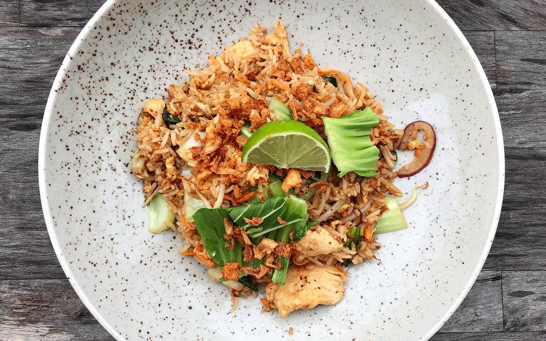 Smažená rýže s kuřecím masem a pak choi, smažená cibulka
