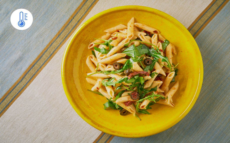 Těstovinový salát se sušenými rajčaty, olivami a kapary