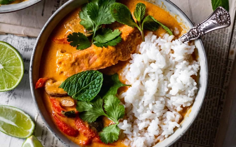 Filet z lososa v červeném curry, kokosová rýže s limetkou