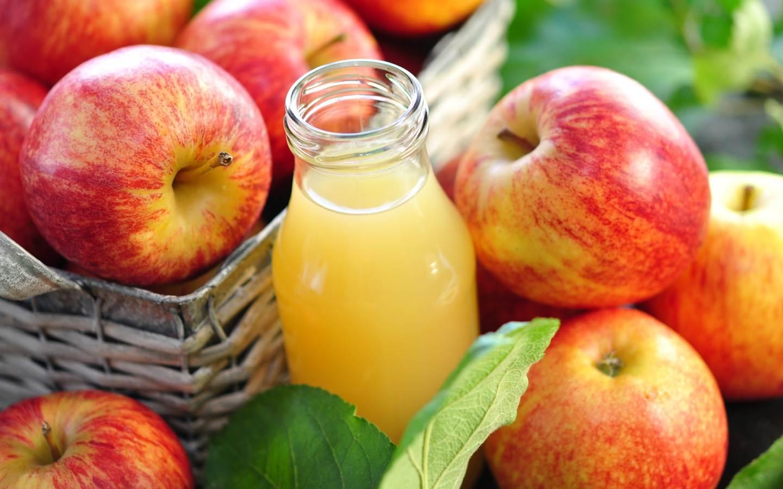 Čistá jablečná nefiltrovaná šťáva