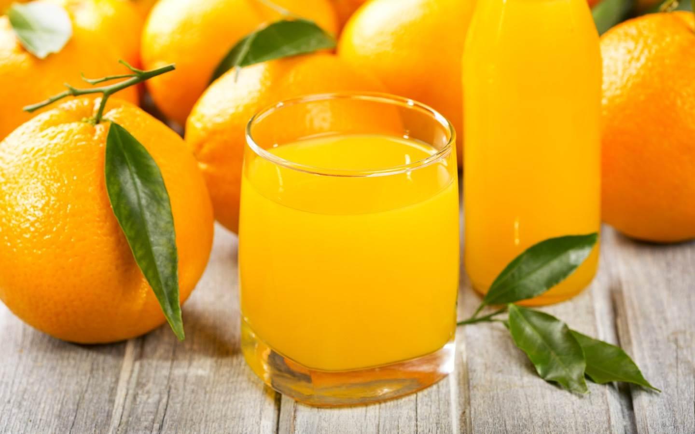 Čistá pomerančová nefiltrovaná šťáva