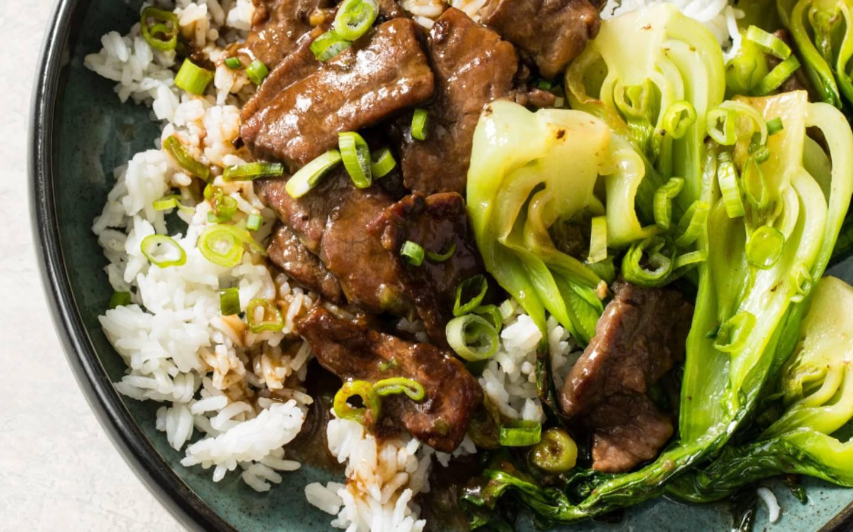 Nua Pad Num Hoi - hovězí s Pak Choi, rýže