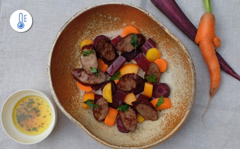 Salát z barevné mrkve a pečené řepy, klobása z přeštíka a sezonní salát