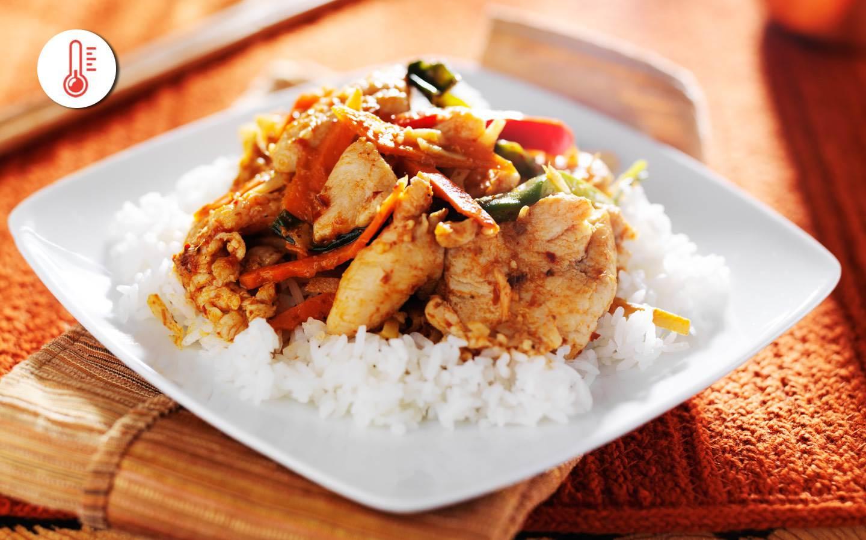 Thajské zázvorové kuře s rýží a restovanou zeleninou