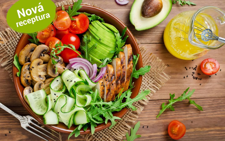 Salát z uzeného kuřecího masa s avokádem, cherry rajčátky, žampiony a špenátem