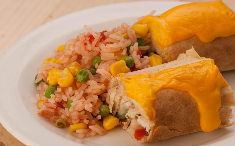 Kuřecí enchilada se sýrem, španělskou rýží a bílými fazolemi